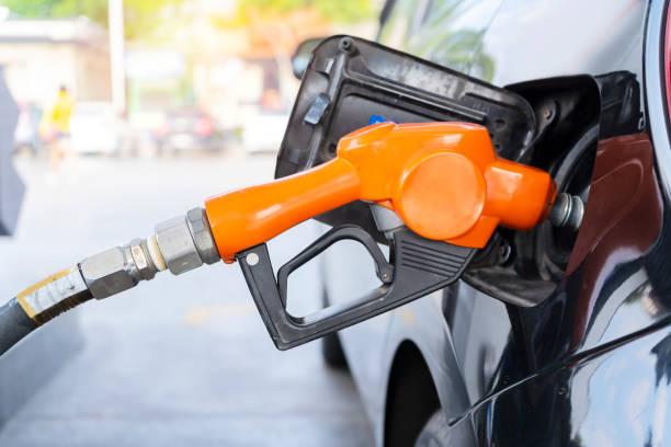 boquilla de combustible lleno de combustible - foto de stock