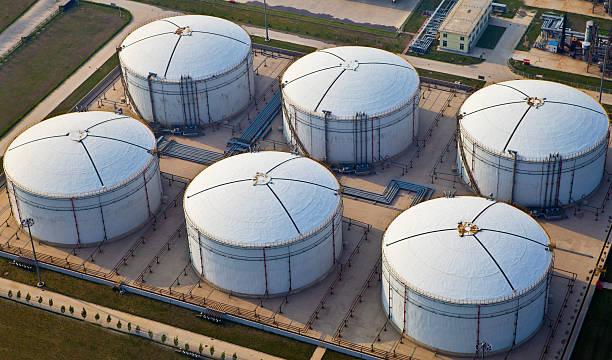 fuel storage facility - brandstoftank stockfoto's en -beelden