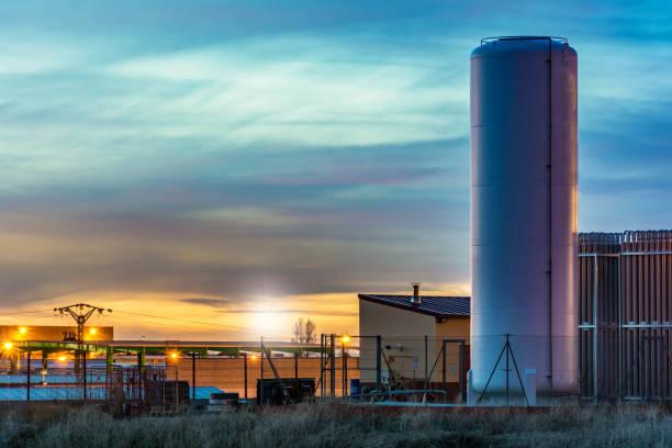 brandstoftank in een industriële omgeving - industriegebied stockfoto's en -beelden