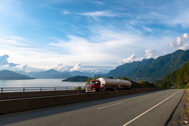 Tankwagen fährt auf einer Küstenautobahn – Foto