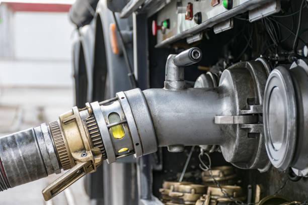 camión cisterna de combustible - echar combustible fotografías e imágenes de stock