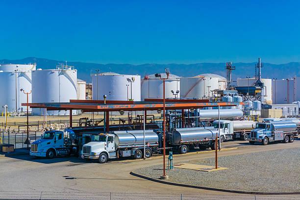 cysterna paliwa samochodów ciężarowych - dworzec zdjęcia i obrazy z banku zdjęć