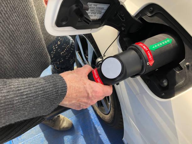 fueling hydrogen vehicle - pila a idrogeno foto e immagini stock