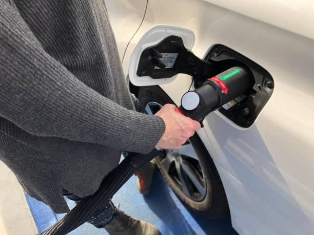 fueling hydrogen vehicle - idrogeno foto e immagini stock