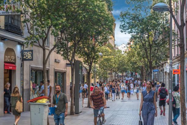 fuencarral shopper zone - fußgängerzone stock-fotos und bilder