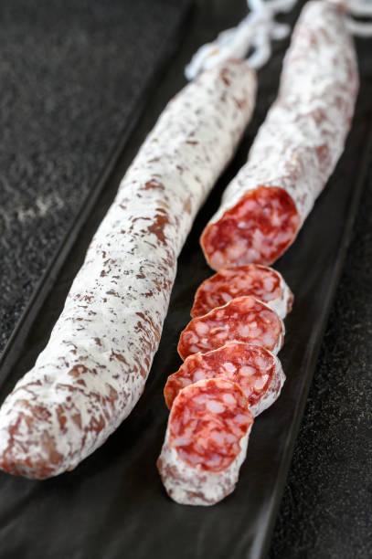 fuet en el plato de servir - fuet sausages fotografías e imágenes de stock