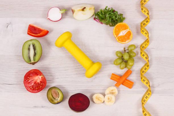 Fuits und Gemüse, Hantel für Fitness und Maßband, Konzept einer gesunden Lebensweise, Ernährung und abnehmen – Foto