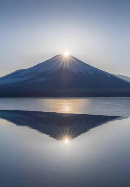 ダイヤモンド富士 - yamanaka lake ストックフォトと画像