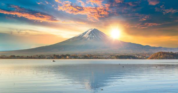 富士山と朝、日本の山梨で秋の季節富士山河口湖。 - 富士山 ストックフォトと画像