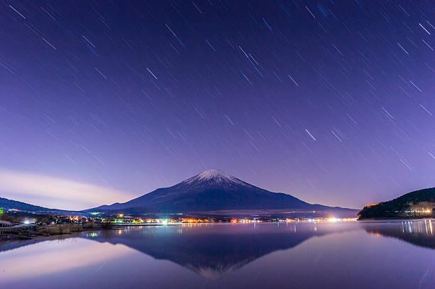 フジの夜の風景 - yamanaka lake ストックフォトと画像