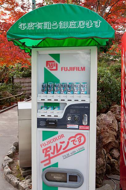 fujifilm verkaufsautomat in japan - fuji sofortbildkamera stock-fotos und bilder