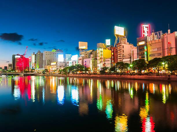 Fukuoka Riverfront en la noche, Japón - foto de stock