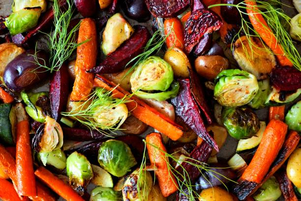 full background of roasted autumn vegetables - vegetariano foto e immagini stock