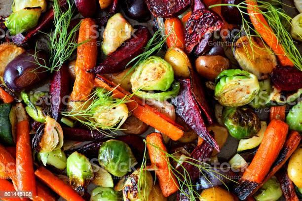 Full Background Of Roasted Autumn Vegetables - Fotografias de stock e mais imagens de Acima