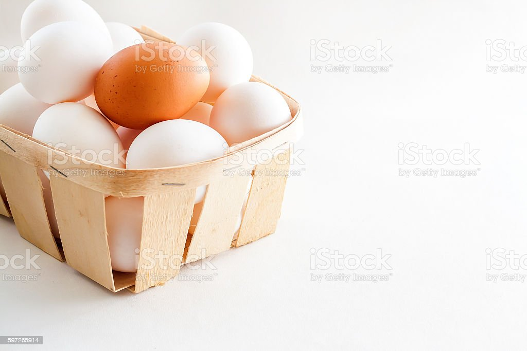 full basket of fresh eggs on a white background photo libre de droits