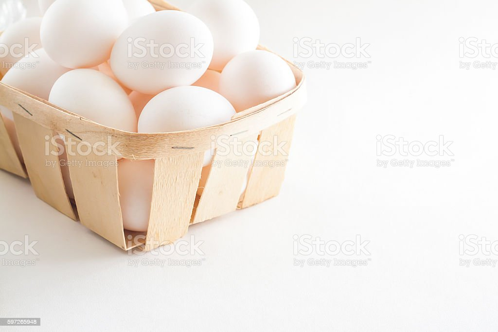 full basket of fresh eggs on a white background Lizenzfreies stock-foto