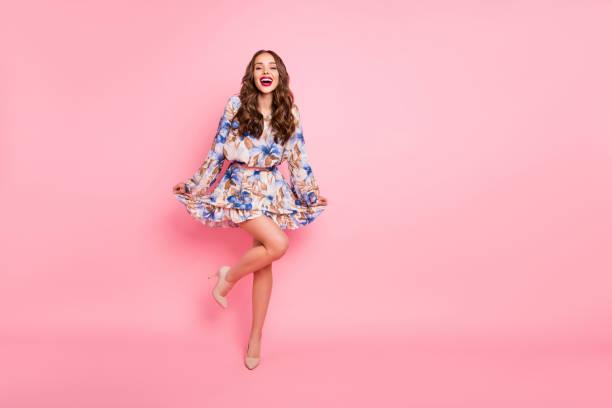 foto del cuerpo completo de la señora agradable listo para la noche de fiesta usan lindo vestido aislado fondo rosa - moda de mujer fotografías e imágenes de stock