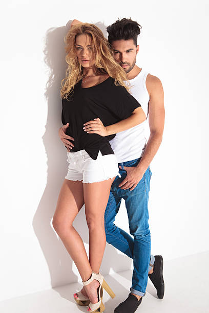 full body picture of a young fashion couple - hohe taille jeans stock-fotos und bilder