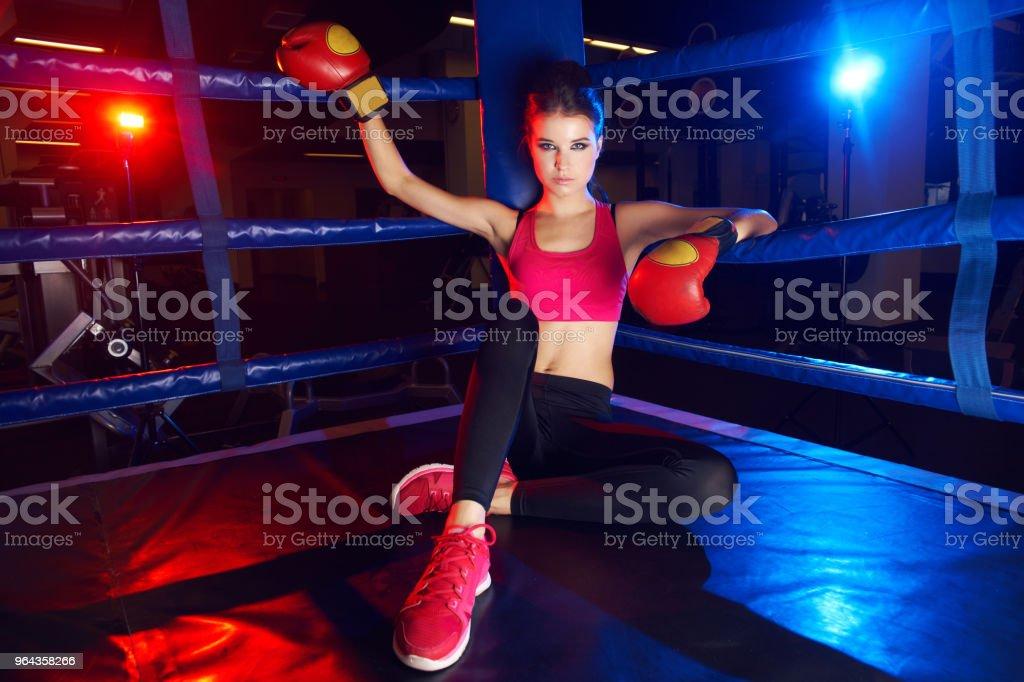 Retrato de corpo inteiro de mulher de boxeador, sentado no canto do ringue - Foto de stock de Adulto royalty-free
