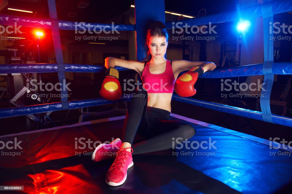 Retrato de corpo inteiro de mulher de boxeador, sentado no canto do ringue - Foto de stock de Adulto royalty-free