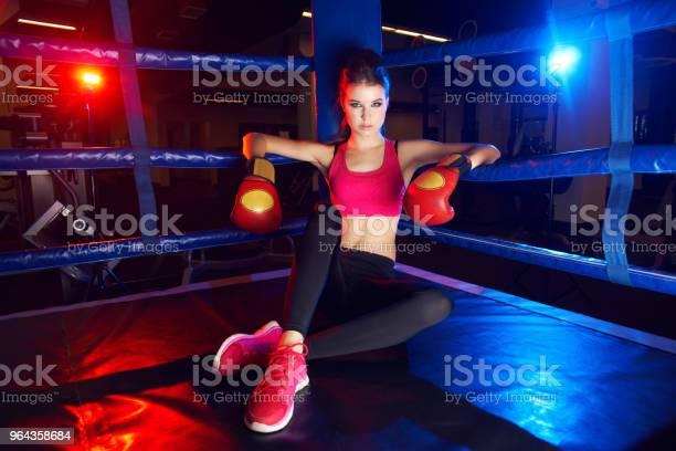Foto de Retrato De Corpo Inteiro De Mulher De Boxeador Sentado No Canto Do Ringue e mais fotos de stock de Adulto