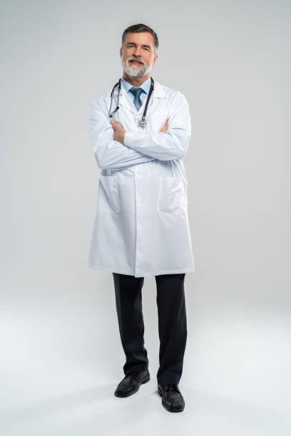 Ganzkörperporträt von glücklich lächelnden Arzt, isoliert auf weißem Hintergrund. – Foto