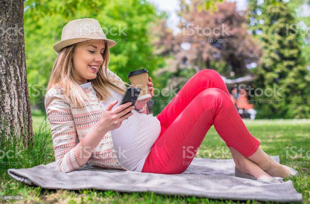 Portrait complet du corps de l'heureuse femme allongée dans l'herbe photo libre de droits