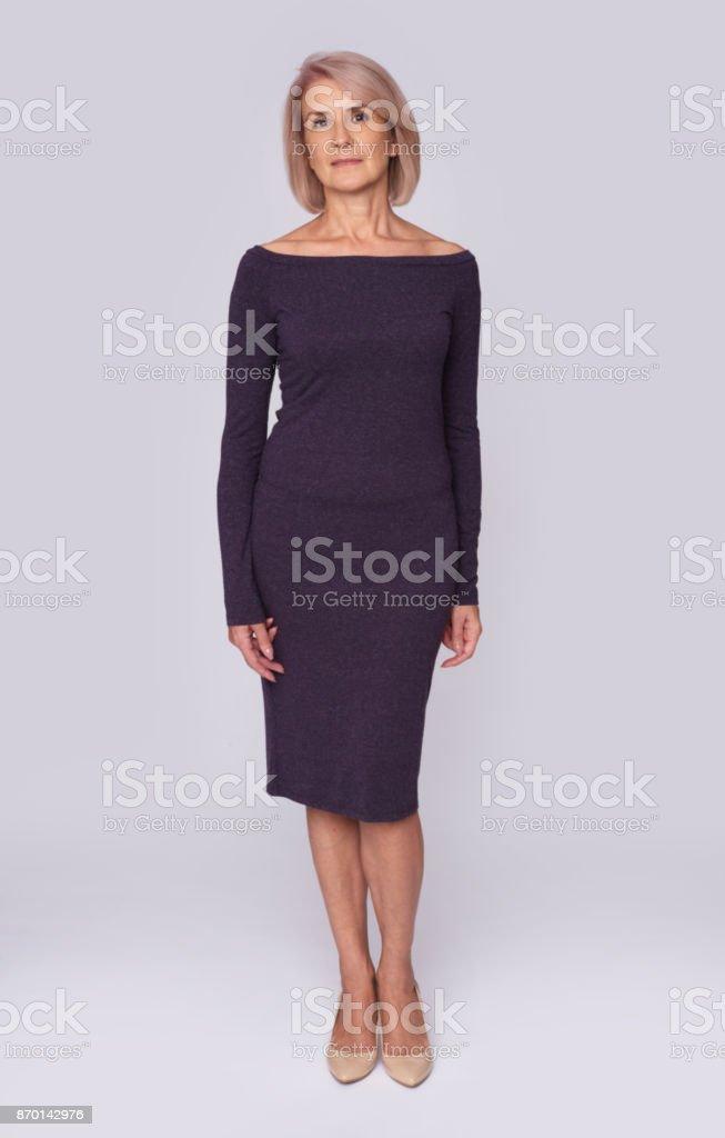 Ganzkörper-Porträt der mittlere gealterte Frau – Foto