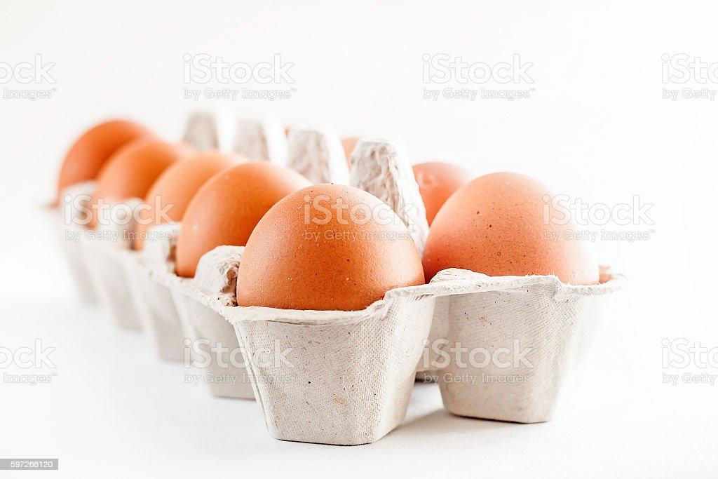full carton of brown eggs on a white background photo libre de droits