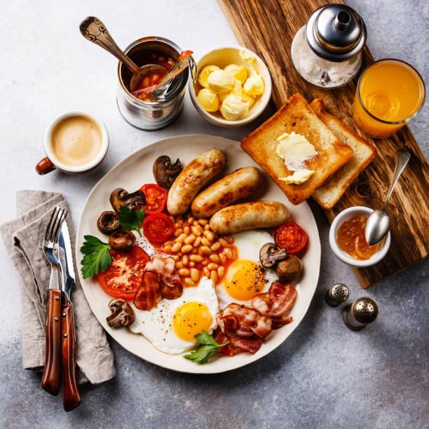 reichhaltiges englisches frühstück - gefüllte eier stock-fotos und bilder