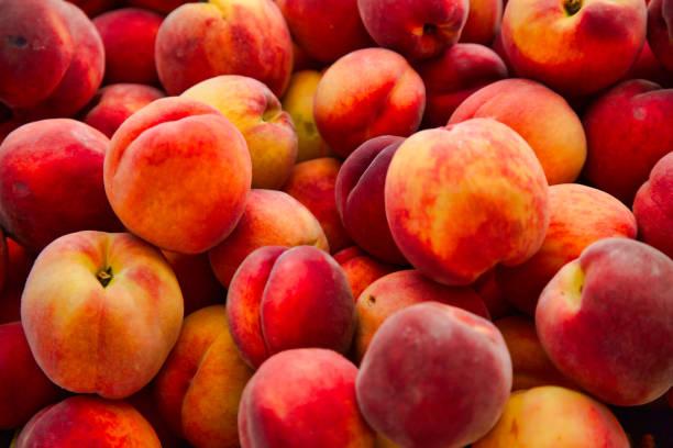 full-frame-pfirsiche auf dem bauernmarkt - peach stock-fotos und bilder