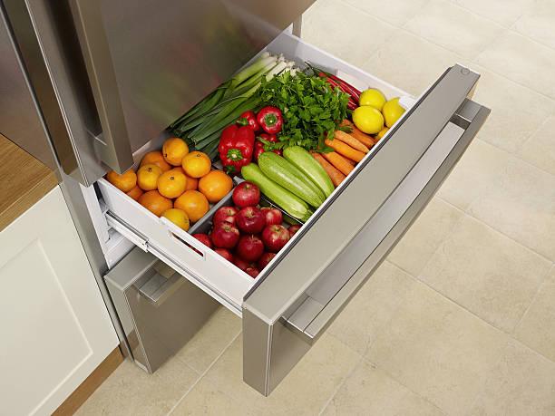 durchgehender frischen kühlschrank - silberzwiebeln stock-fotos und bilder