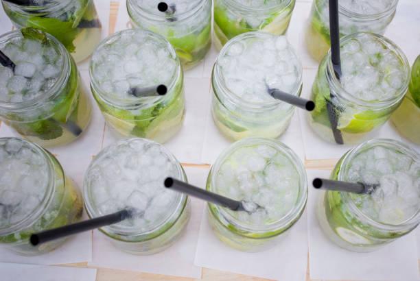 Voll frisch hergestellte Mojitogläser mit grünen Blättern, Zucker und Limette – Foto