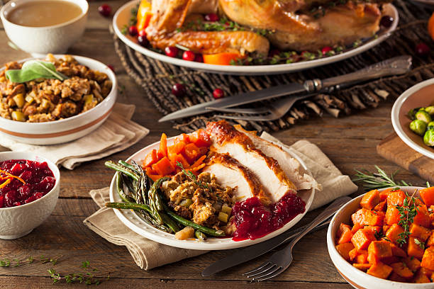 full homemade thanksgiving dinner - gebraden vlees stockfoto's en -beelden