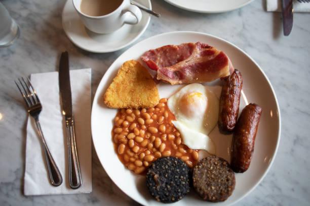 komplettes irisches frühstück - gefüllte eier stock-fotos und bilder
