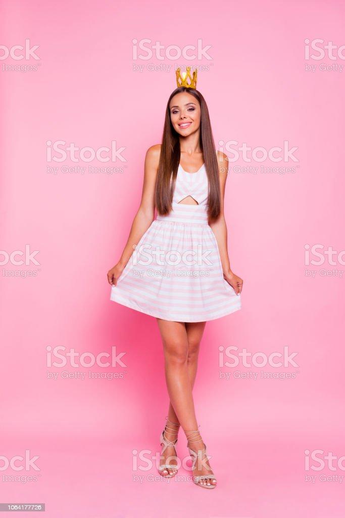 Junge hübsche Dame stehend auf einem Bein, während ihr