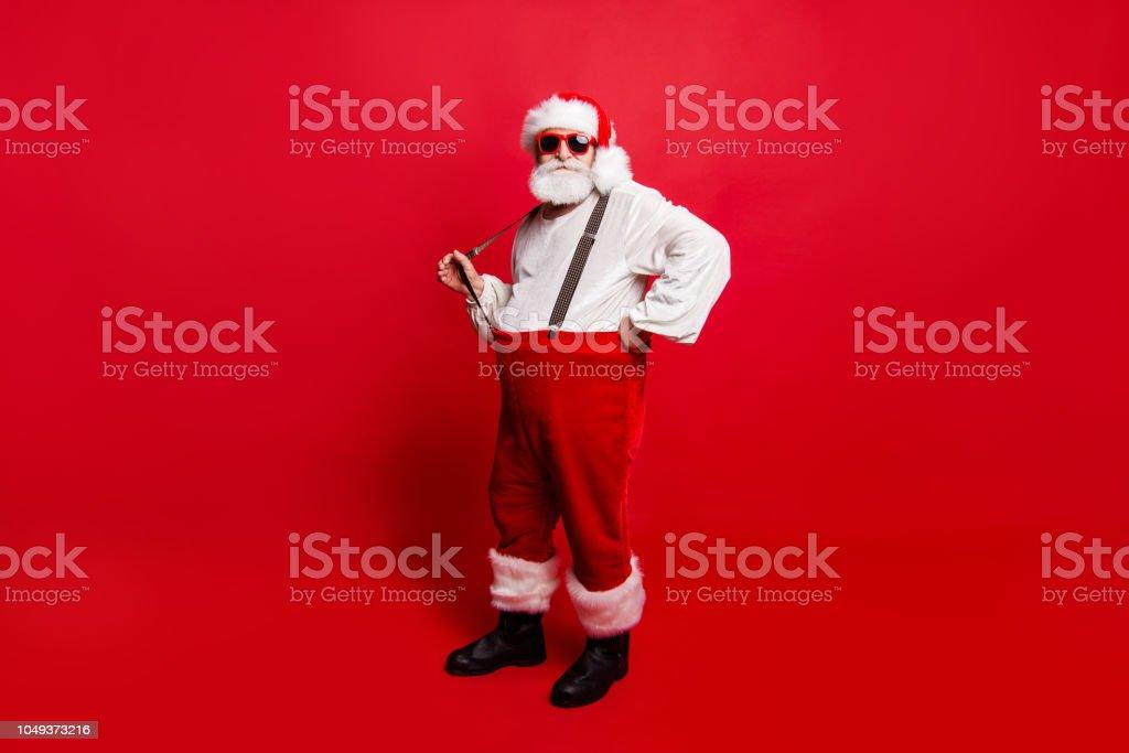 Tamanho de corpo completo comprimento bom calmo tranquilo Papai Noel puxando suspensor preparando-se para um banquete festivo festa promo venda de desconto isolado sobre fundo vermelho foto de stock royalty-free