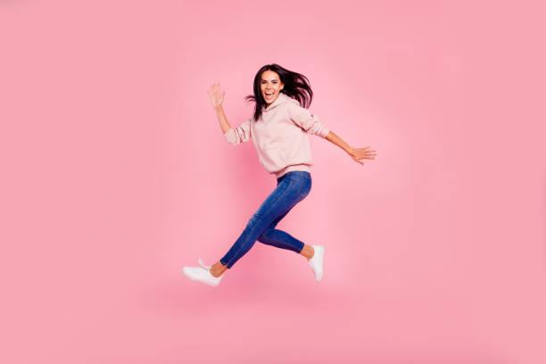 voller länge körpergröße schön dumm kindisch mädchenhaft schöne am - druck jeans stock-fotos und bilder