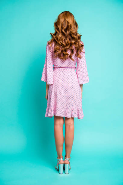 voller länge körper größe vertikale portrait dame mit ihrer frisur stehen sie im rosa kleid auf glanz türkisfarbenen hintergrund isoliert - damen rock braun stock-fotos und bilder