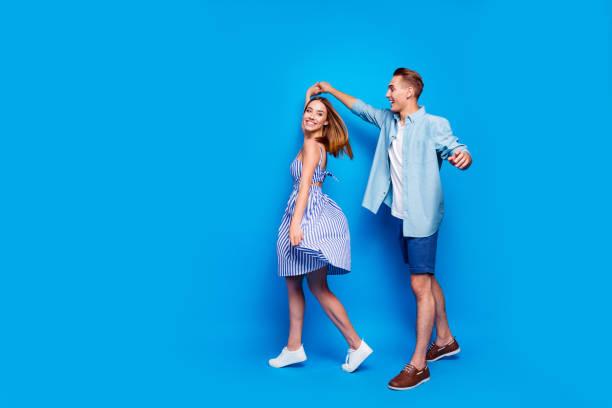 volle länge körpergröße ansicht von ihr sie seine er zwei schöne schöne schöne schöne fröhliche partner tanzen spinning walzer isoliert über hellen lebendigen glanz leuchtend blau türkis farbe hintergrund - herumwirbeln frau stock-fotos und bilder
