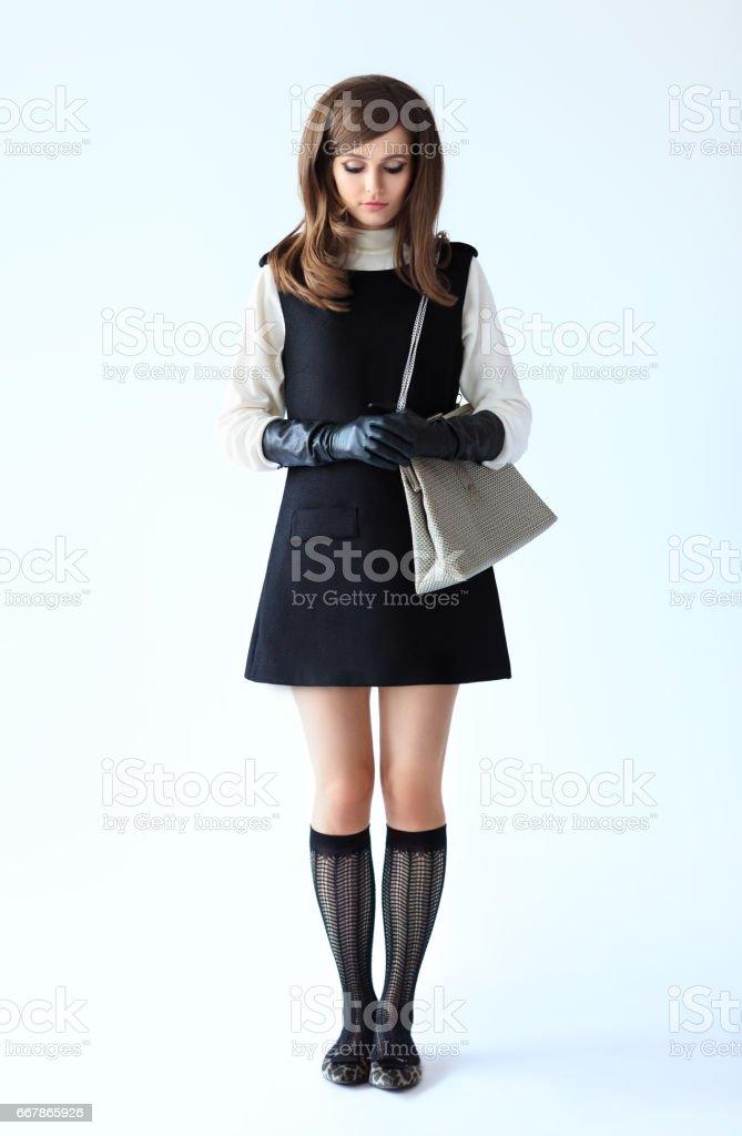 Voller Länge Mode Porträt der schüchterne schöne Frau im retro-Stil – Foto