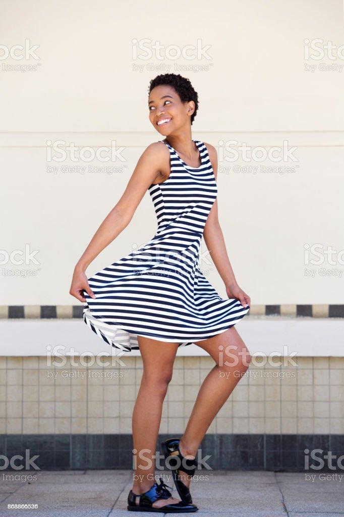 d96c016a9bc Voller Länge glückliche junge schwarze Frau in gestreiften Kleid  Lizenzfreies stock-foto