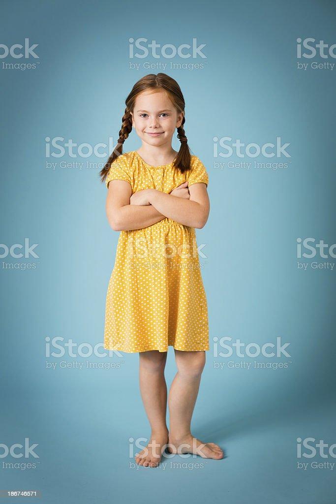 Imagen de longitud completa de linda niña de pelo roja - foto de stock
