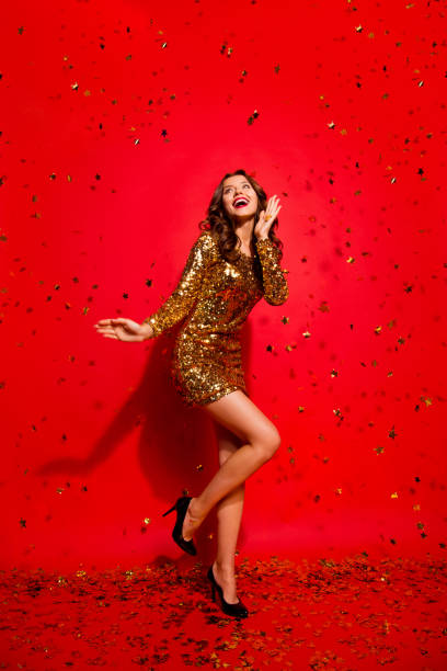 in voller länge, beine, körper, größe vertikale portrait herrlich, schön, atemberaubend, liebenswert, gut aussehende dame mit stil moderne lockige, welle frisur auf leuchtend roten hintergrund isoliert - glitzer absätze stock-fotos und bilder