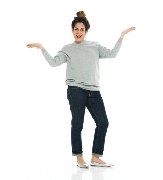 Volle Länge von 30-39 Jahre alt erwachsene schöne puerto rican ethnizity / lateinamerikanische und hispanische ethnische ethnische Frau / junge Frauen / eine junge Frau nur Moderator stehen vor weißem Hintergrund tragen Pullover / Jeans / coole Haltung – Foto