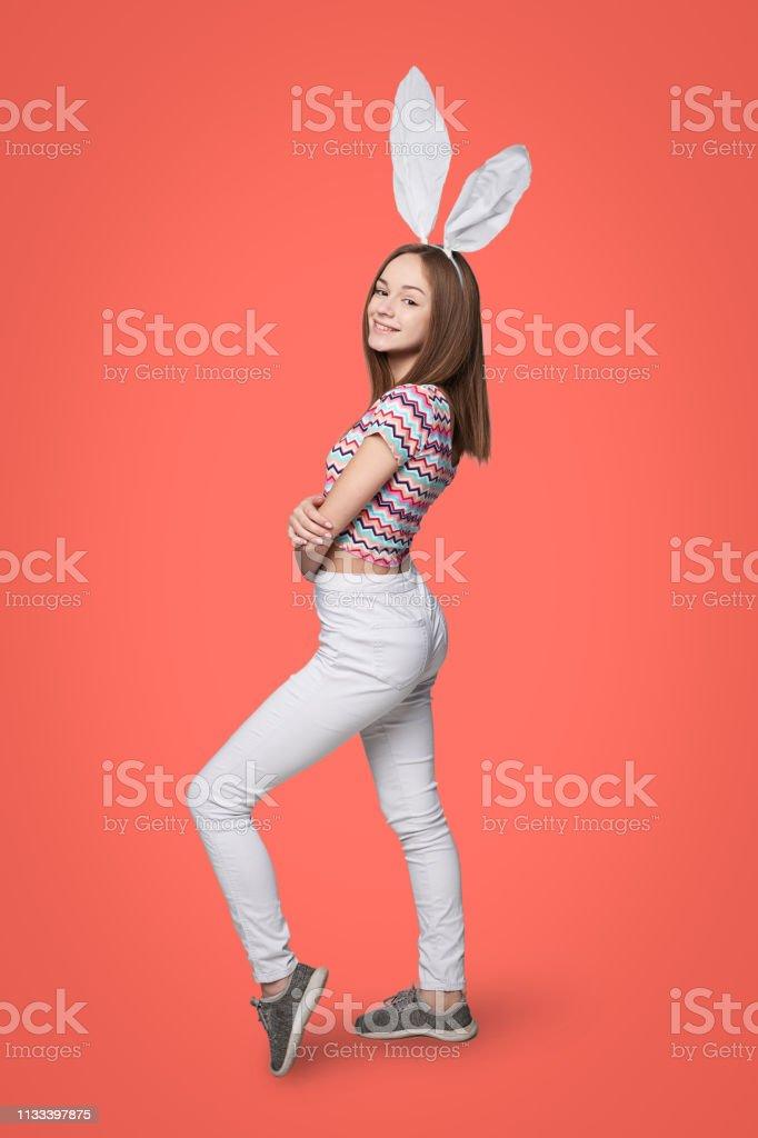 Volle Länge eines Mädchens, das Hasen trägt – Foto