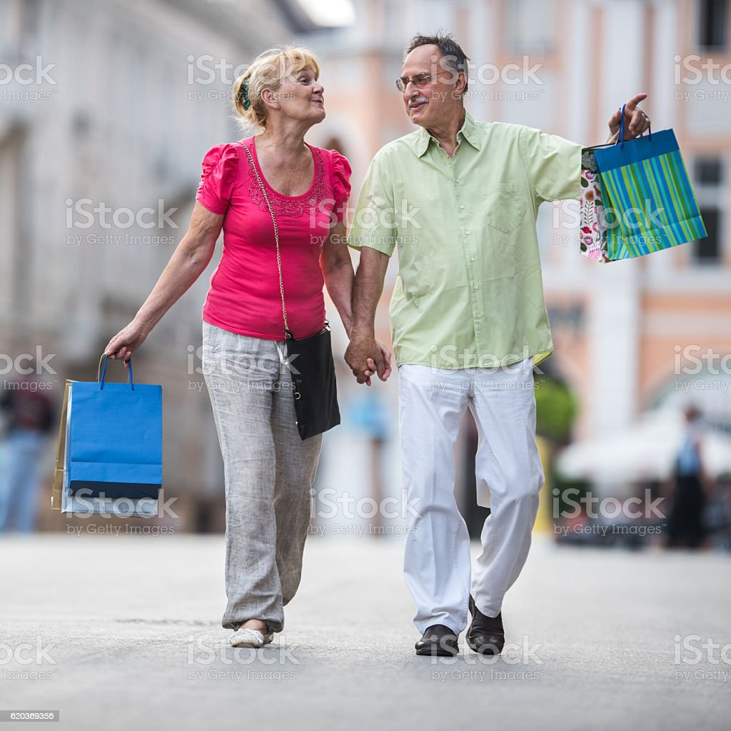 Full length of a mature couple shopping in the city. zbiór zdjęć royalty-free