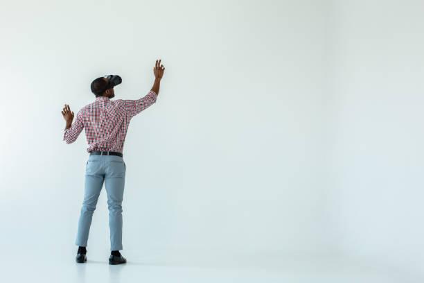 full length of a pleasant afro american man in vr glasses - ritratto 360 gradi foto e immagini stock