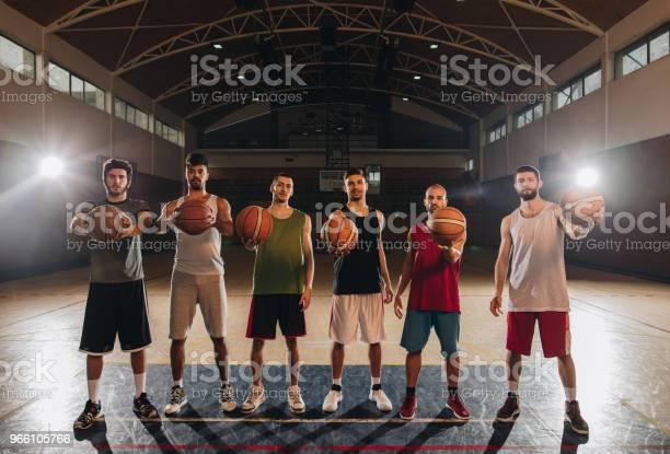 Full Längd Av Basketspelare Med Bollar På Domstolen-foton och fler bilder på Afroamerikanskt ursprung