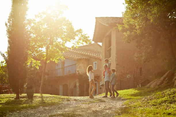 full längd av familjen stående mot hus - spain solar bildbanksfoton och bilder